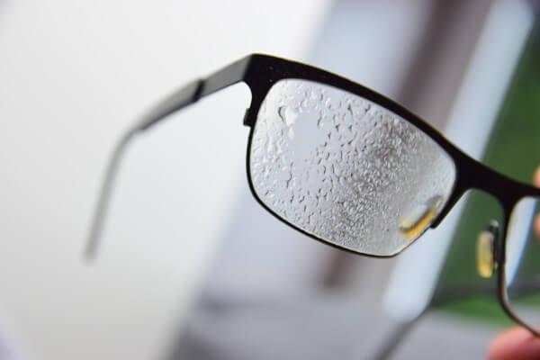 Mit Brillenreiniger eingesprühte Brille